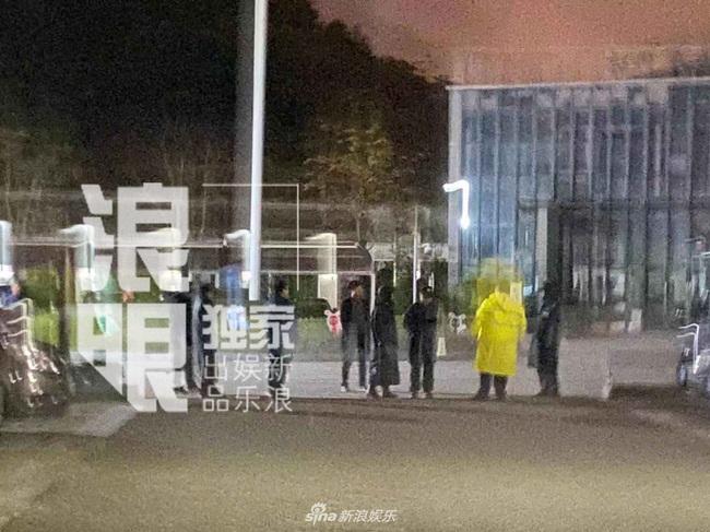 Thi thể Cao Dĩ Tường chính thức rời khỏi nhà tang lễ Ninh Ba trong đêm, cha nam diễn viên tiều tụy và thất thần - Ảnh 4.