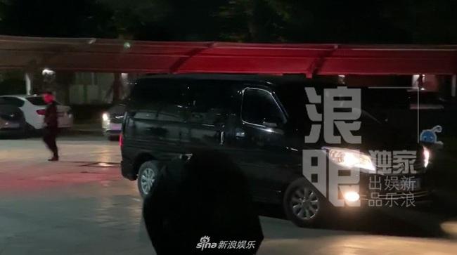 Thi thể Cao Dĩ Tường chính thức rời khỏi nhà tang lễ Ninh Ba trong đêm, cha nam diễn viên tiều tụy và thất thần - Ảnh 6.