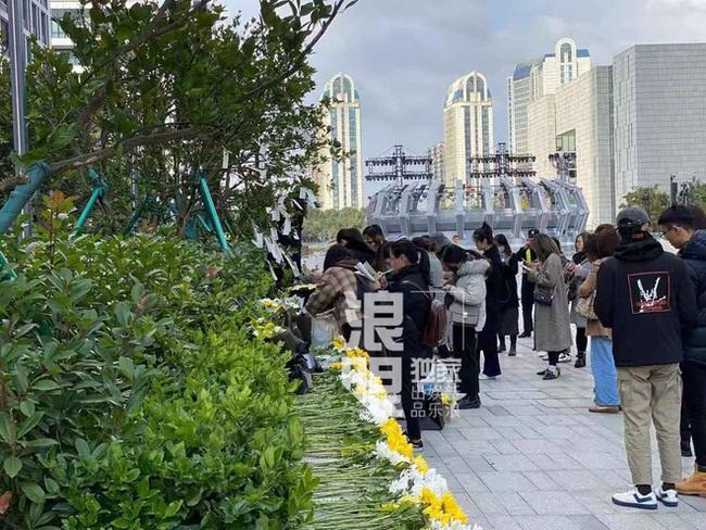 Đông đảo người hâm mộ gửi hoa và lời nhắn trong lễ tưởng niệm Cao Dĩ Tường tại chính hiện trường nơi xảy ra vụ tai nạn - Ảnh 2.