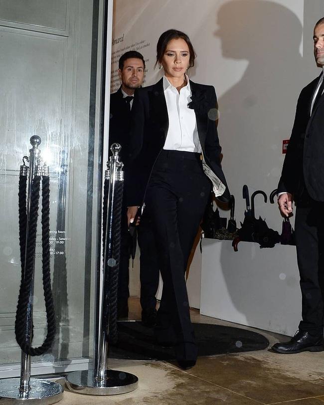 Mặc kệ hãng thời trang làm ăn thất bát, Victoria Beckham vẫn lên đồ sành điệu đi sự kiện và mở thêm dòng mỹ phẩm mới - Ảnh 1.