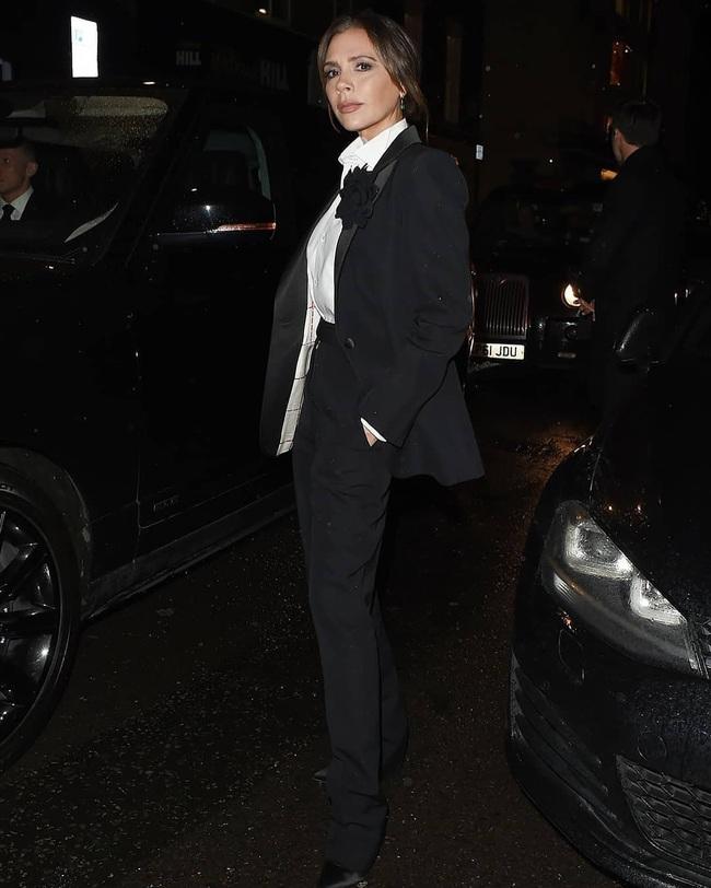 Mặc kệ hãng thời trang làm ăn thất bát, Victoria Beckham vẫn lên đồ sành điệu đi sự kiện và mở thêm dòng mỹ phẩm mới - Ảnh 2.