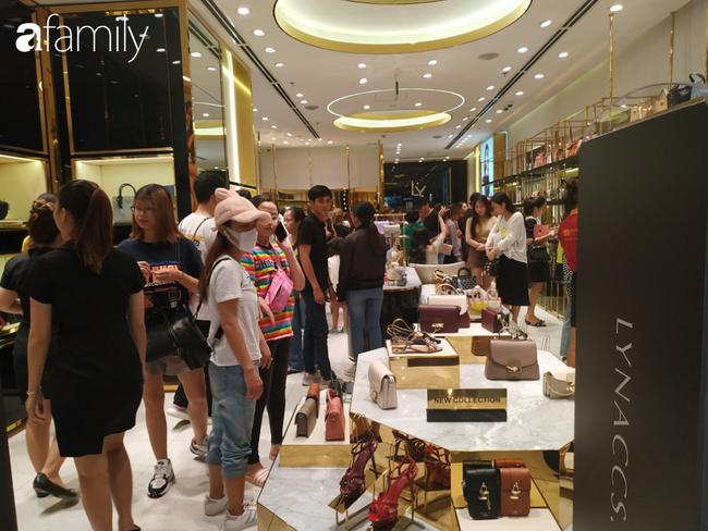 Black Friday bùng nổ tại TP.HCM: Nhiều người xếp hàng dài đợi chờ, nhiều thương hiệu lớn thất thủ trước các tín đồ mua sắm - Ảnh 1.