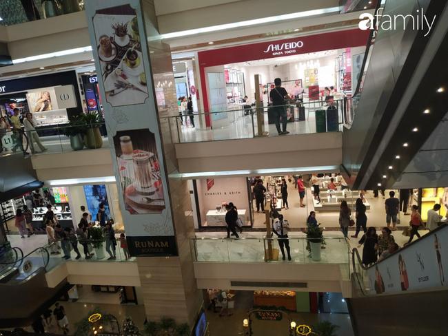 Black Friday bùng nổ tại TP.HCM: Nhiều người xếp hàng dài đợi chờ, nhiều thương hiệu lớn thất thủ trước các tín đồ mua sắm - Ảnh 5.