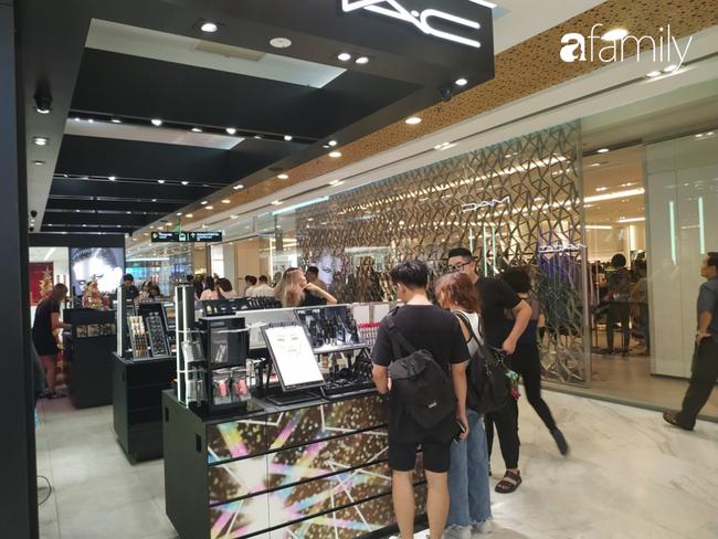 Black Friday bùng nổ tại TP.HCM: Nhiều người xếp hàng dài đợi chờ, nhiều thương hiệu lớn thất thủ trước các tín đồ mua sắm - Ảnh 6.