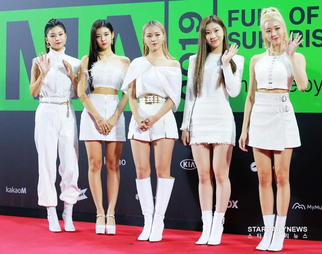 """Thảm đỏ """"rình rang"""" nhất làng giải trí Hàn Quốc hôm nay: Loạt nữ thần Kpop thế hệ mới đọ sắc nhưng nhân vật được mong chờ nhất lại là các chàng trai này - Ảnh 2."""