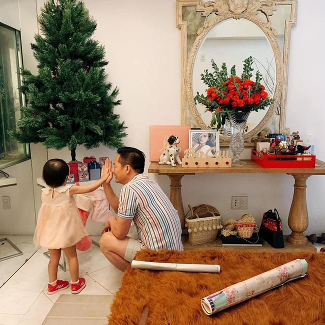 Con gái ở khủng hoảng tuổi lên 3, ông xã đại gia của Phan Như Thảo bực bội la mắng, phản ứng của cô bé mới hài hước - Ảnh 2.