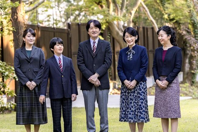 Thái tử Nhật Bản chia sẻ bức hình gia đình mới nhất nhân dịp sinh nhật và thẳng thắn nói về chuyện con gái cả hoãn đám cưới suốt 2 năm - Ảnh 1.