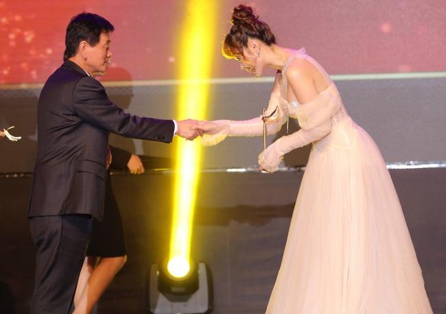 """Minh Hằng hạnh phúc khi bất ngờ nhận giải """"Nghệ sĩ Châu Á xuất sắc"""" tại """"Mai Vàng"""" của Hàn Quốc - Ảnh 6."""
