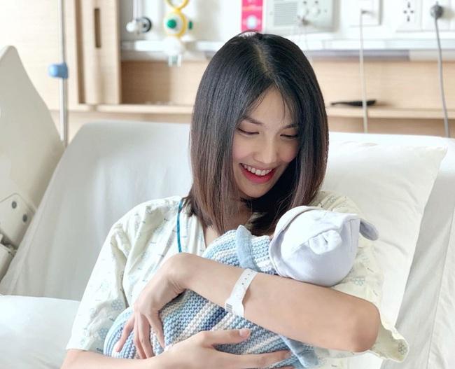"""Vừa sinh con được vài ngày, """"mẹ bỉm sữa"""" Lan Khuê gây ngạc nhiên vì gương mặt khiến người nhìn lầm tưởng là nữ sinh  - Ảnh 2."""