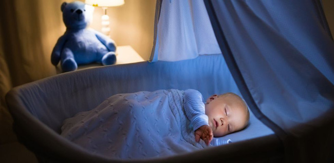 """Ban ngày thì ngủ lăn ngủ lóc, ban đêm thì tỉnh như sáo - cơn ác mộng của cha mẹ mang tên """"ngủ ngày cày đêm"""" ở trẻ sơ sinh - Ảnh 3."""