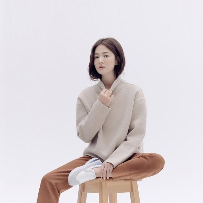 Trong khi Song Joong Ki biến mất tăm thì Song Hye Kyo liên tục xuất hiện với hình ảnh mới, gầy nhưng vẫn xinh đẹp cực phẩm  - Ảnh 1.