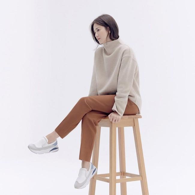 Trong khi Song Joong Ki biến mất tăm thì Song Hye Kyo liên tục xuất hiện với hình ảnh mới, gầy nhưng vẫn xinh đẹp cực phẩm  - Ảnh 2.