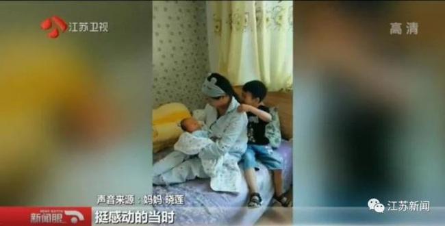 Gục mặt vào cánh cửa phòng sanh ở bệnh viện để nói với mẹ những lời này, cậu bé 6 tuổi khiến hàng triệu người xúc động - Ảnh 3.