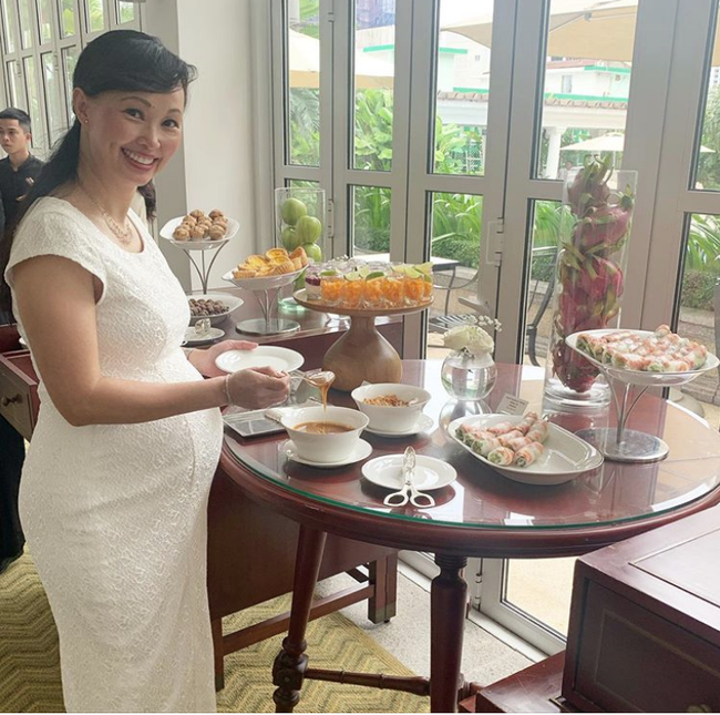 """Shark Linh mặc váy bó khoe bụng bầu đẹp xuất sắc, nhưng chị em chỉ giật mình vì bí kíp """"chụp ảnh vui vẻ"""" của bà bầu 42 tuổi - Ảnh 1."""