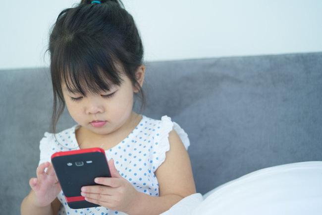 """""""Mẹ ơi, con muốn dùng điện thoại"""", câu trả lời của 2 bà mẹ quyết định tính cách tương lai của 2 đứa trẻ - Ảnh 3."""