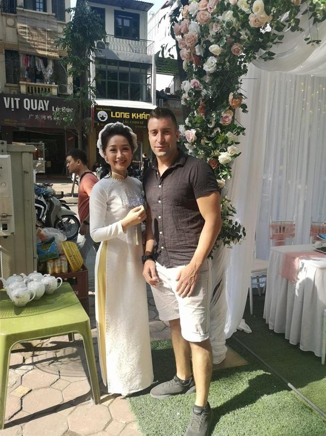Nữ BTV thời sự trẻ nhất VTV bất ngờ thông báo lấy chồng, nhìn ảnh cô mặc váy cưới mà ai cũng xao xuyến - Ảnh 3.