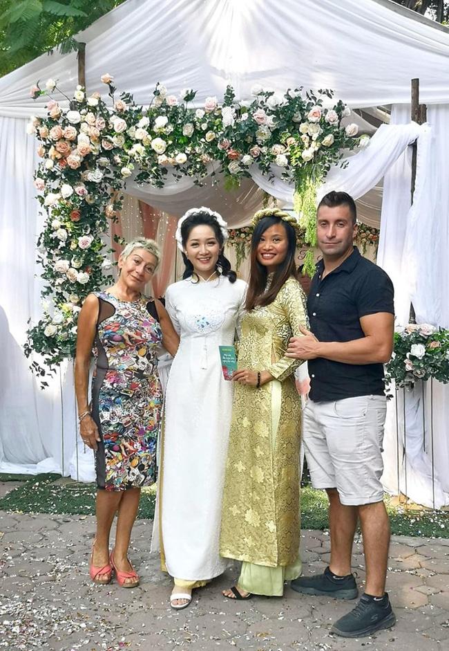 Nữ BTV thời sự trẻ nhất VTV bất ngờ thông báo lấy chồng, nhìn ảnh cô mặc váy cưới mà ai cũng xao xuyến - Ảnh 4.