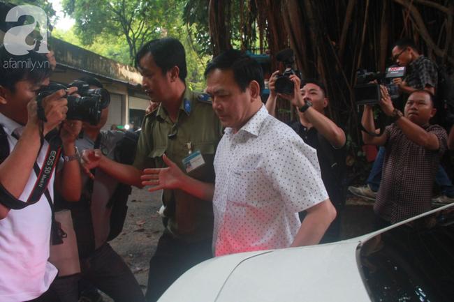 """Xét xử vụ Nguyễn Hữu Linh dâm ô: Bị cáo đi """"lối tắt"""", cố thủ trên xe khi thấy phóng viên - Ảnh 5."""