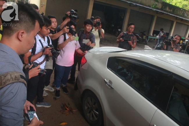 """Xét xử vụ Nguyễn Hữu Linh dâm ô: Bị cáo đi """"lối tắt"""", cố thủ trên xe khi thấy phóng viên - Ảnh 6."""