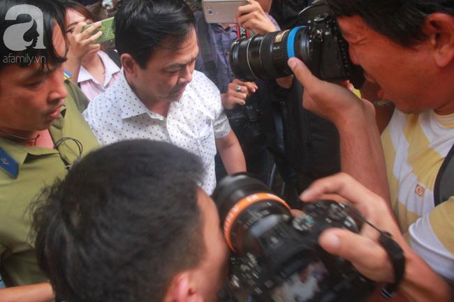 """Xét xử vụ Nguyễn Hữu Linh dâm ô: Bị cáo đi """"lối tắt"""", cố thủ trên xe khi thấy phóng viên - Ảnh 3."""