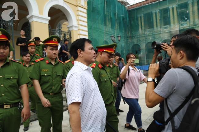 """Vụ """"nựng"""" bé gái 8 tuổi trong thang máy: Bác kháng cáo, tuyên phạt Nguyễn Hữu Linh 18 tháng tù giam - Ảnh 4."""