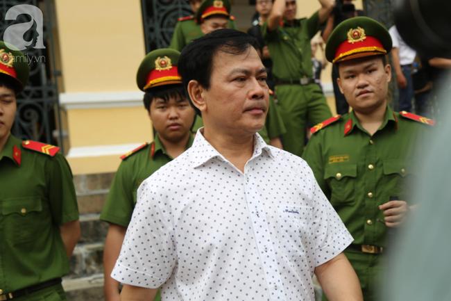 """Vụ """"nựng"""" bé gái 8 tuổi trong thang máy: Bác kháng cáo, tuyên phạt Nguyễn Hữu Linh 18 tháng tù giam - Ảnh 5."""