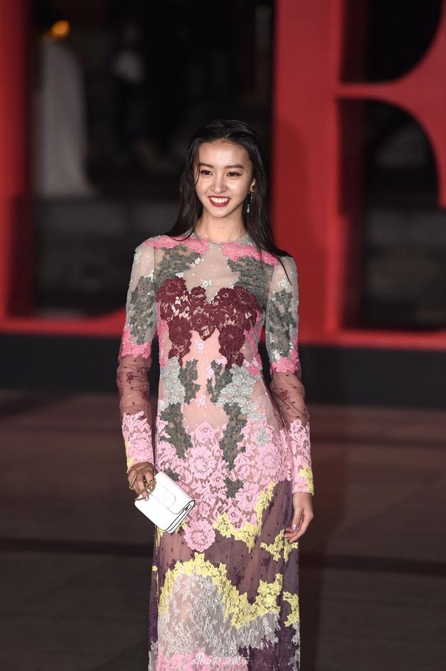 """Thảm đỏ nóng nhất Cbiz đêm nay: """"Thần chết"""" Lee Dong Wook cùng Rose (Black Pink) nổi bật giữa dàn sao Hoa ngữ - Ảnh 12."""