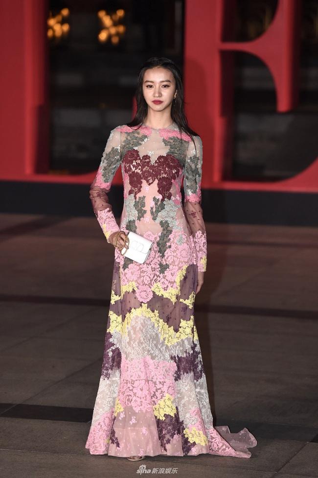 """Thảm đỏ nóng nhất Cbiz đêm nay: """"Thần chết"""" Lee Dong Wook cùng Rose (Black Pink) nổi bật giữa dàn sao Hoa ngữ - Ảnh 13."""