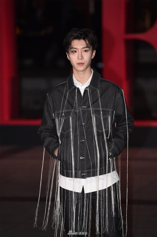 """Thảm đỏ nóng nhất Cbiz đêm nay: """"Thần chết"""" Lee Dong Wook cùng Rose (Black Pink) nổi bật giữa dàn sao Hoa ngữ - Ảnh 19."""