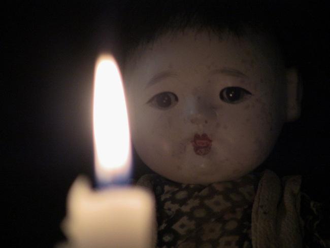 Con gái 6 tuổi khóc, bảo rằng búp bê nhìn mình chằm chằm vào ban đêm, bố mẹ lạnh người khi tìm ra sự thật - Ảnh 4.