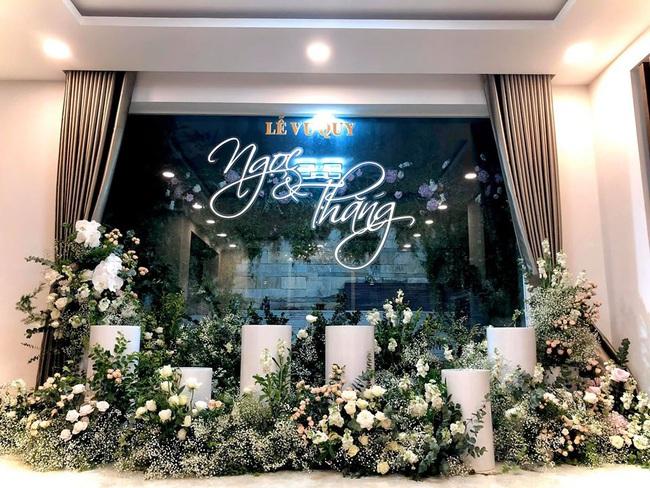 Sát giờ diễn ra lễ cưới, Đông Nhi nhá hàng khung cảnh tràn ngập hoa được chuẩn bị cho lễ vu quy, người hâm mộ thi nhau vào chúc mừng - Ảnh 2.