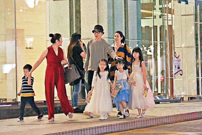 Gia đình Trương Đan Phong và Hồng Hân khoe tình cảm ngọt ngào nơi đông người, gián tiếp phủ nhận tin đồn hôn nhân đổ vỡ - Ảnh 1.