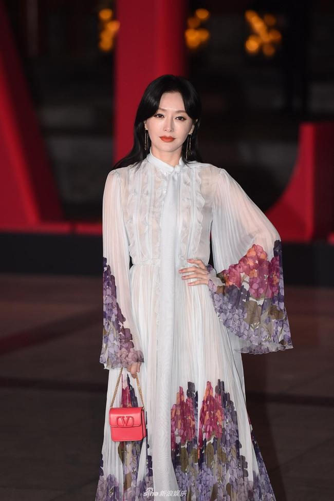 """Thảm đỏ nóng nhất Cbiz đêm nay: """"Thần chết"""" Lee Dong Wook cùng Rose (Black Pink) nổi bật giữa dàn sao Hoa ngữ - Ảnh 10."""