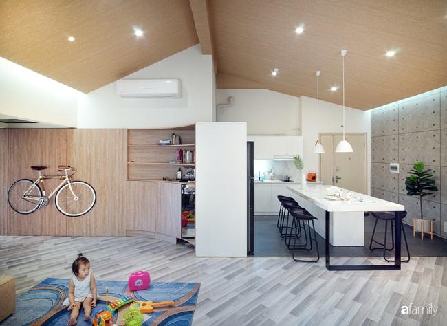 """Ngôi nhà 2 tầng mái dốc với trần bằng gỗ """"ẩn mình"""" trong căn hộ chung cư 103m2 ở Hà Nội - Ảnh 9."""