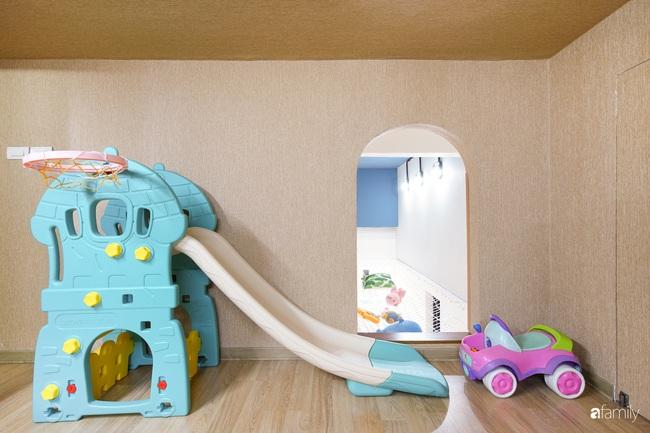 """Ngôi nhà 2 tầng mái dốc với trần bằng gỗ """"ẩn mình"""" trong căn hộ chung cư 103m2 ở Hà Nội - Ảnh 13."""