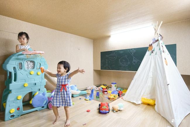 """Ngôi nhà 2 tầng mái dốc với trần bằng gỗ """"ẩn mình"""" trong căn hộ chung cư 103m2 ở Hà Nội - Ảnh 14."""