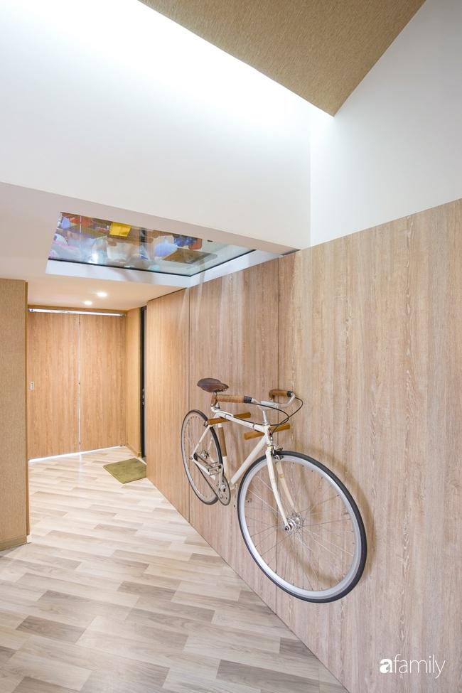 """Ngôi nhà 2 tầng mái dốc với trần bằng gỗ """"ẩn mình"""" trong căn hộ chung cư 103m2 ở Hà Nội - Ảnh 8."""