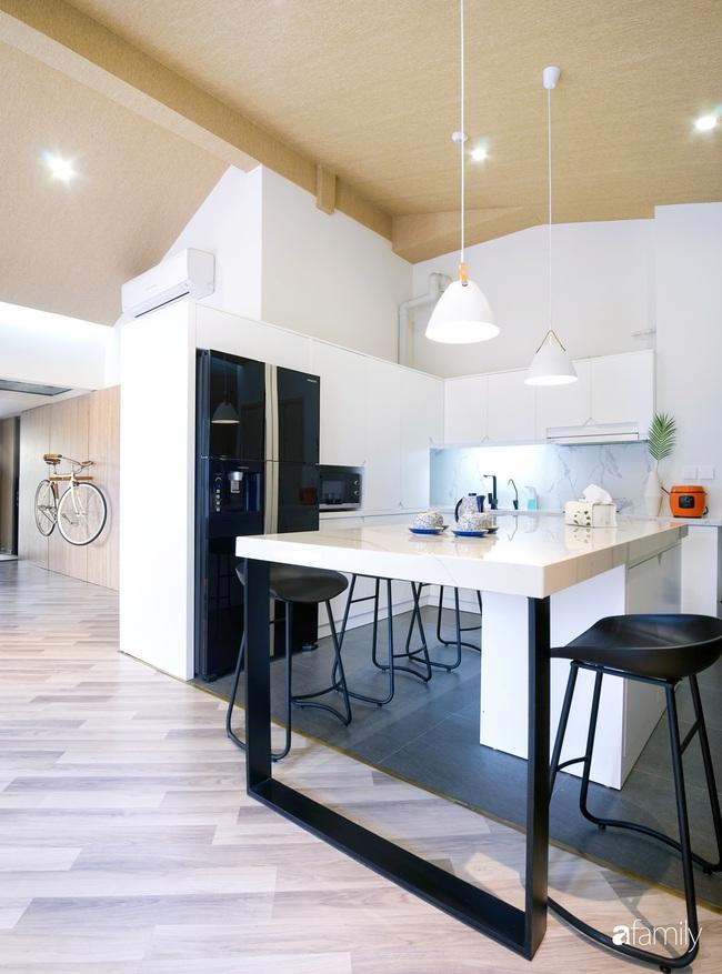 """Ngôi nhà 2 tầng mái dốc với trần bằng gỗ """"ẩn mình"""" trong căn hộ chung cư 103m2 ở Hà Nội - Ảnh 12."""