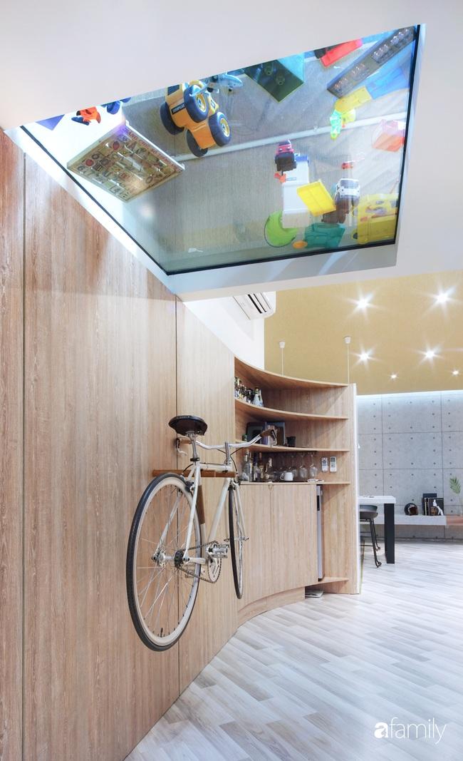 """Ngôi nhà 2 tầng mái dốc với trần bằng gỗ """"ẩn mình"""" trong căn hộ chung cư 103m2 ở Hà Nội - Ảnh 5."""