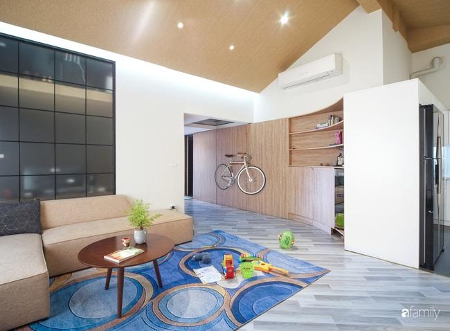 """Ngôi nhà 2 tầng mái dốc với trần bằng gỗ """"ẩn mình"""" trong căn hộ chung cư 103m2 ở Hà Nội - Ảnh 4."""