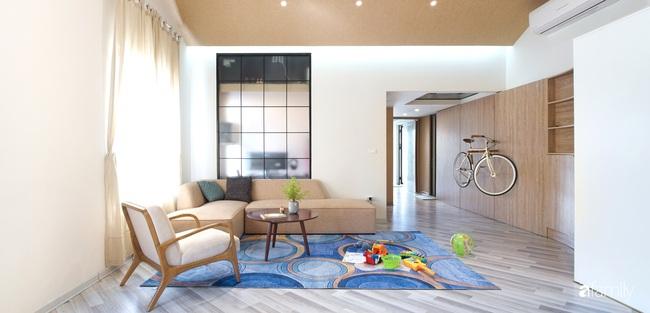 """Ngôi nhà 2 tầng mái dốc với trần bằng gỗ """"ẩn mình"""" trong căn hộ chung cư 103m2 ở Hà Nội - Ảnh 6."""