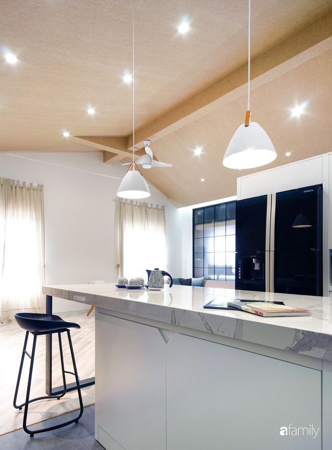 """Ngôi nhà 2 tầng mái dốc với trần bằng gỗ """"ẩn mình"""" trong căn hộ chung cư 103m2 ở Hà Nội - Ảnh 11."""