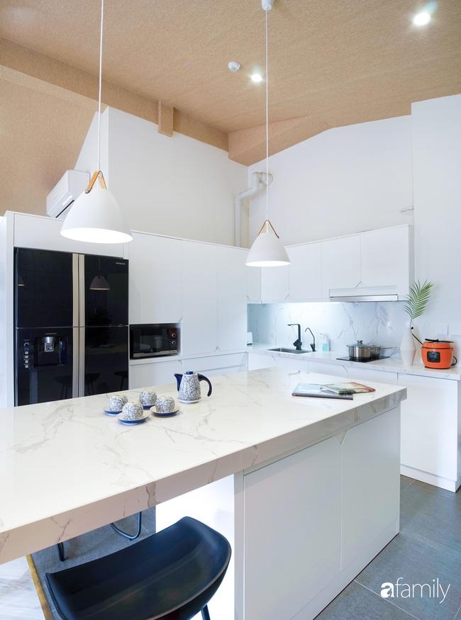 """Ngôi nhà 2 tầng mái dốc với trần bằng gỗ """"ẩn mình"""" trong căn hộ chung cư 103m2 ở Hà Nội - Ảnh 10."""