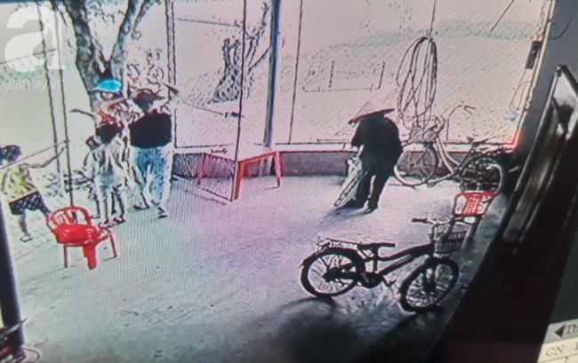 Bà Hương gửi xe đạp rồi quay ra đi với cháu T.