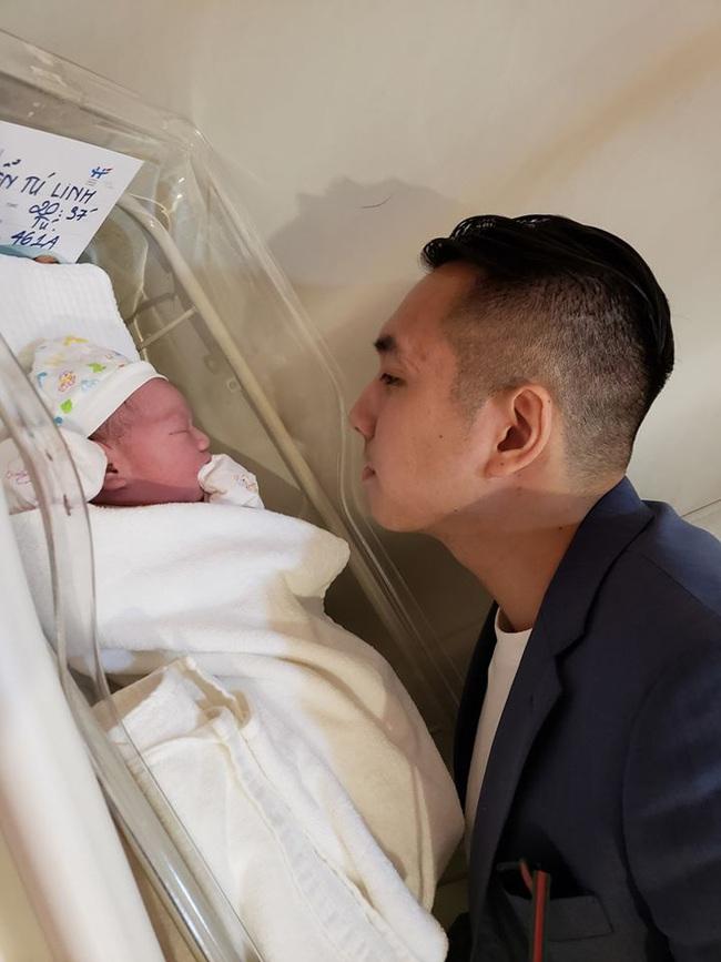 """""""Hot girl MU"""" vừa sinh bé trai thứ 2 đúng ngày mồng 1 âm lịch, tiết lộ """"hít không khí mà con nặng 3,9kg"""" - Ảnh 1."""