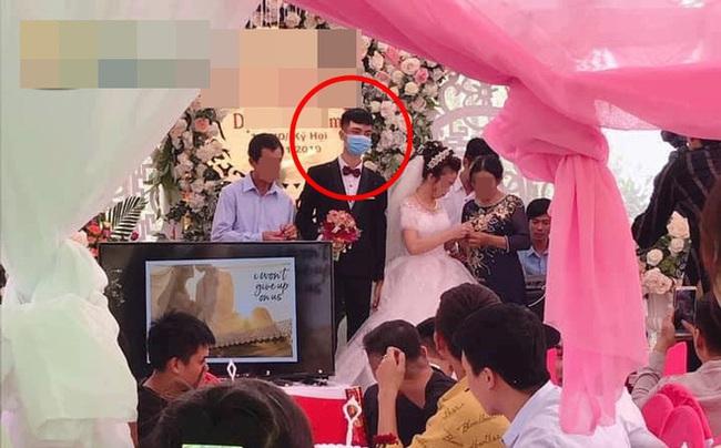 Đám cưới gây xôn xao nhất MXH hôm nay: Chú rể mang khẩu trang lên làm lễ - Ảnh 1.