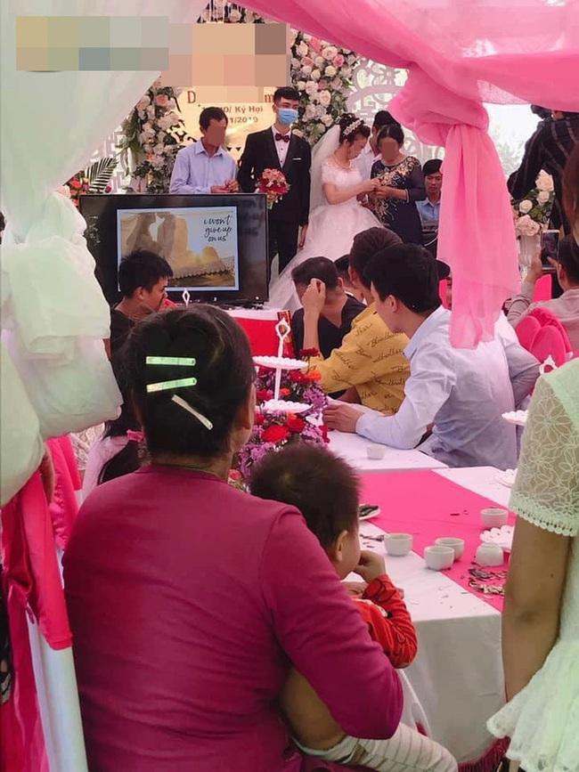 Đám cưới gây xôn xao nhất MXH hôm nay: Chú rể mang khẩu trang lên làm lễ - Ảnh 2.