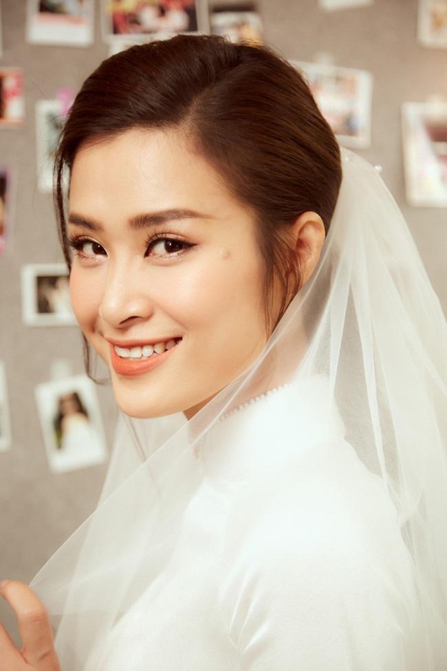 Cô dâu Đông Nhi đẹp dịu dàng và e ấp trong ngày trọng đại với chú rể Ông Cao Thắng - Ảnh 2.