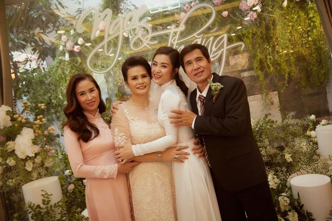 Cô dâu Đông Nhi đẹp dịu dàng và e ấp trong ngày trọng đại với chú rể Ông Cao Thắng - Ảnh 10.