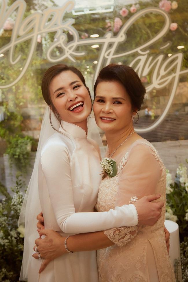 Cô dâu Đông Nhi đẹp dịu dàng và e ấp trong ngày trọng đại với chú rể Ông Cao Thắng - Ảnh 11.
